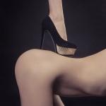 ножка со шпилькой на женской попке