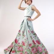 блондинка в платье с цветами для каталога одежды