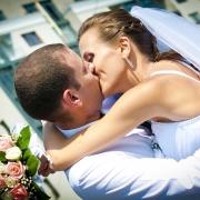 молодожены в поцелуе фотографии в хорошем разрешении