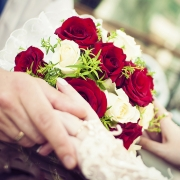 романтические фотографии свадебного букета роз в руках молодожен