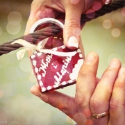 Свадебные фотографии с замком и именами влюбленных