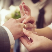 свадебные фотографии: жена надевает кольцо мужу