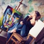 девушка возле картины фото
