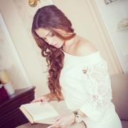 нежные фотографии девушки с книгой у камина