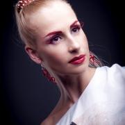 портреты в стиле бьюти, девушка с красными ресницами