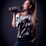 фотосессии в стиле фешн, девшука с бутылкой джек дениелс