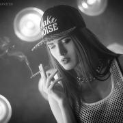красивое фото девушка с сигаретой и клубящимся дымом чб