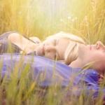 нежные и солнечные фотографии влюбленных, уличная съемка