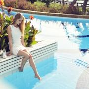 задумчивые фотографии девушка возле бассейна